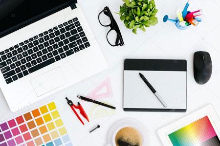 Графический дизайнер создает графику при помощи графических редакторов и компьютерных программ